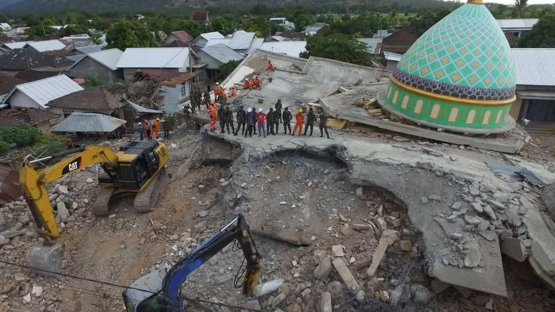 بعد أيام من زلزال الأحد المدمر، اهتزت جزيرة لومبوك المنكوبة في إندونيسيا الخميس، على وقع زلزال قوي بلغت شدته 6.2 درجة مما أدى إلى انهيار بعض المباني.